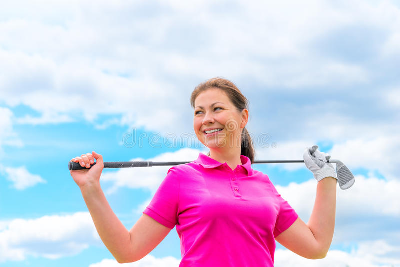 Lycklig stående av en kvinnagolfare med golfklubben royaltyfria foton