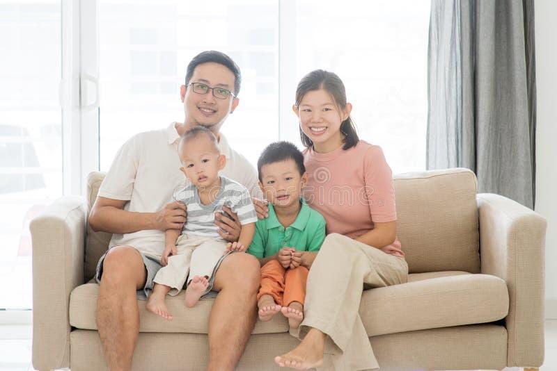 lycklig stående för asiatisk familj arkivbilder