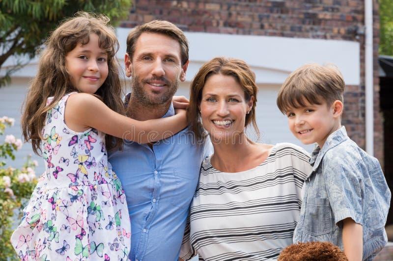 lycklig stående för familj royaltyfria bilder