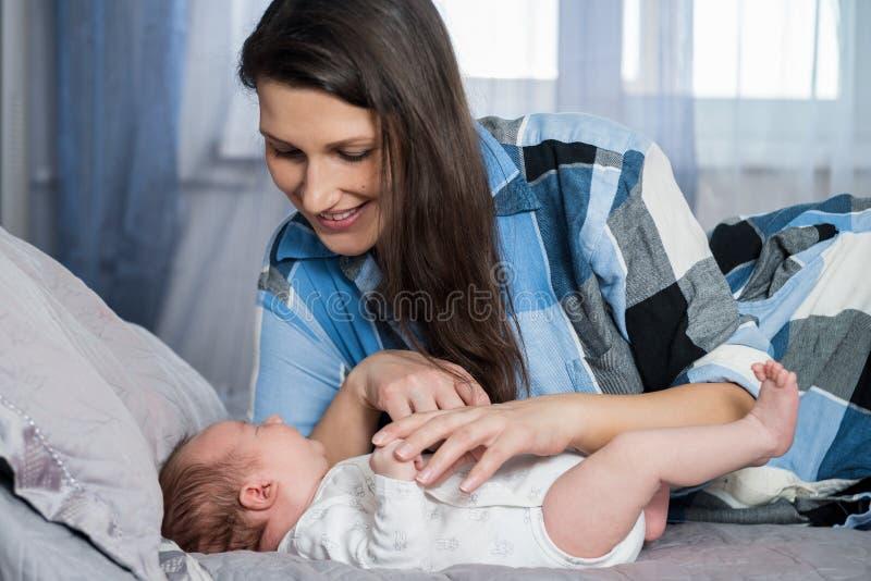 lycklig stående för familj behandla som ett barn den nyfödda modern arkivbilder