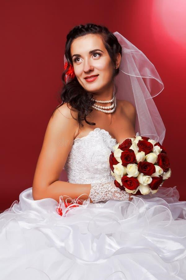 lycklig stående för härlig brud fotografering för bildbyråer