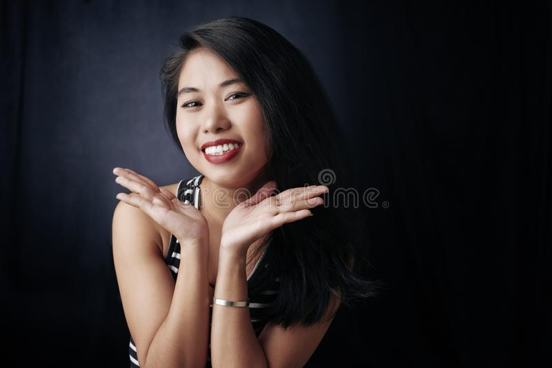 lycklig ståendekvinna royaltyfria foton