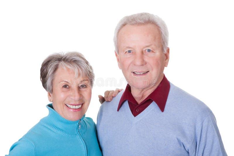 lycklig ståendepensionär för par arkivfoto