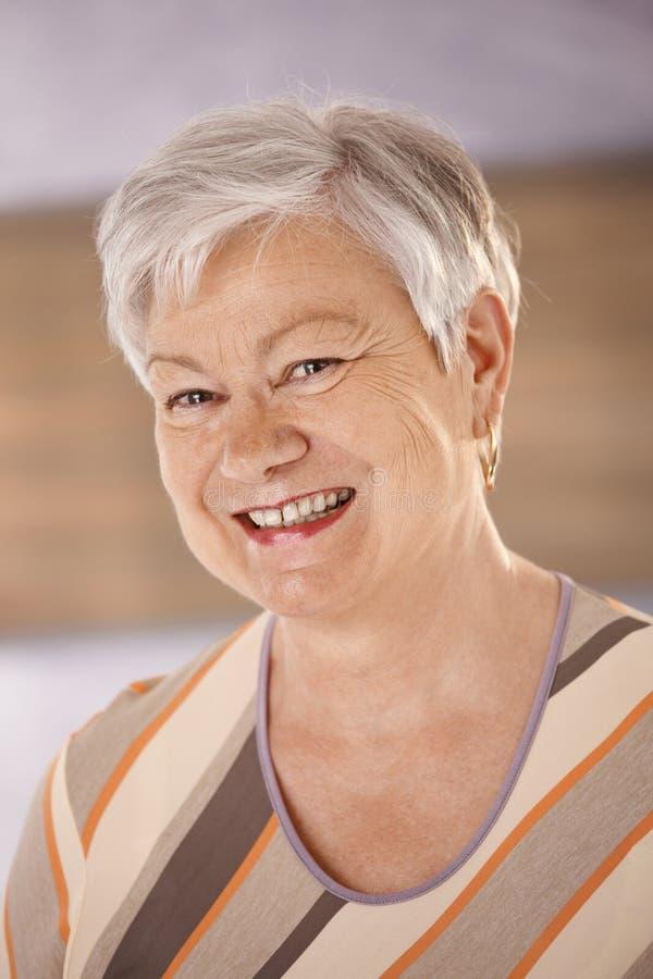 lycklig ståendepensionärkvinna royaltyfria bilder