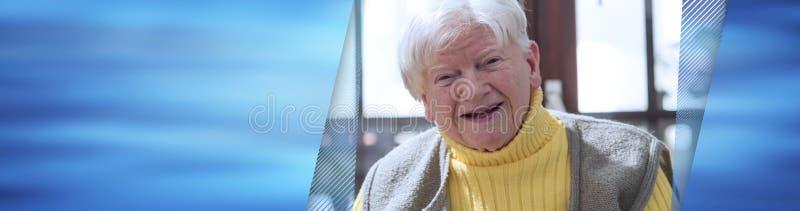 lycklig ståendepensionärkvinna panorama- baner arkivbild