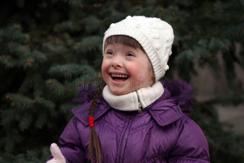 lycklig stående för härlig flicka arkivfoton