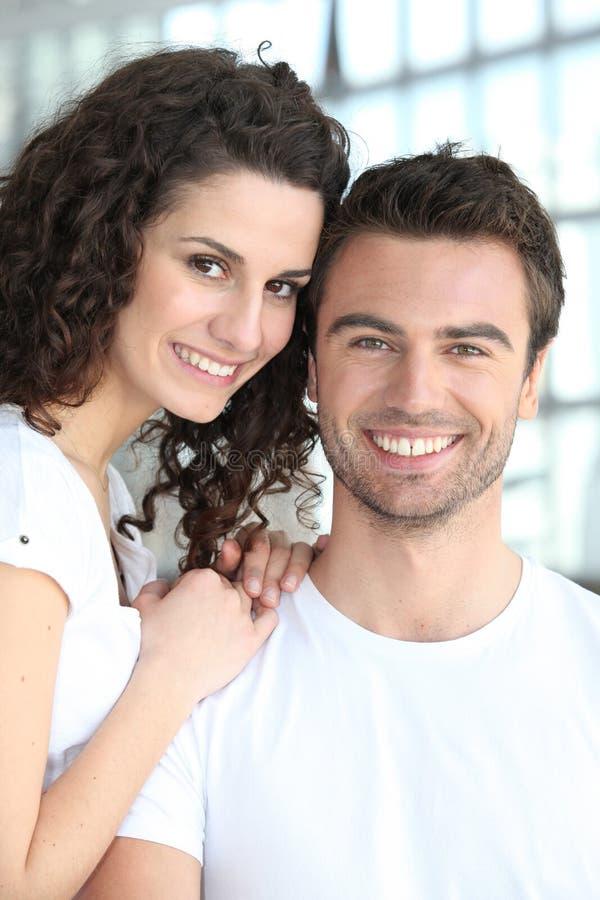 lycklig stående för par royaltyfri fotografi