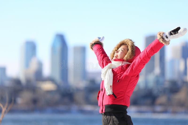 Lycklig stadsvinterkvinna royaltyfri bild