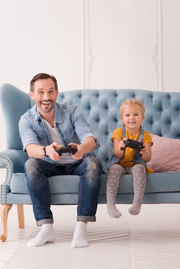 Lycklig stilig man som rymmer en modig konsol royaltyfri bild