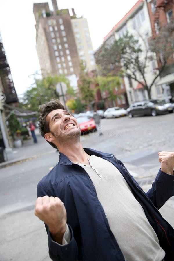 Lycklig stilig man som uttrycker glädje royaltyfri foto