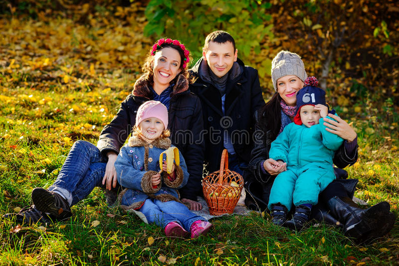 Lycklig stor familj i Autumn Park picknick arkivfoto
