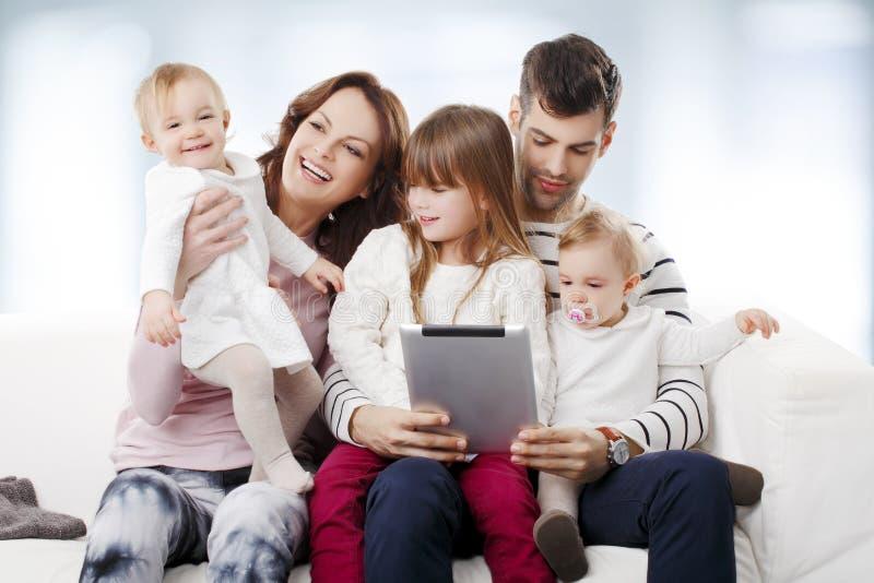 Lycklig stor familjstående arkivfoton
