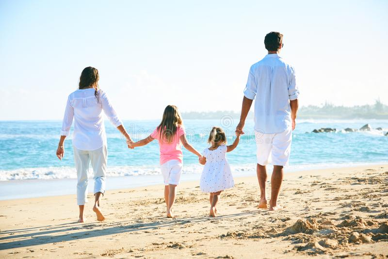 lycklig strandfamilj royaltyfri foto