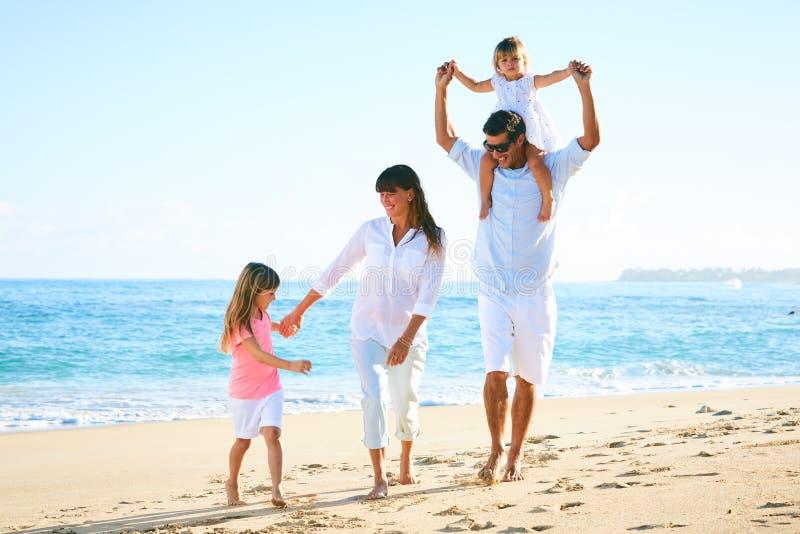 lycklig strandfamilj arkivfoto