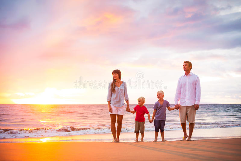 lycklig strandfamilj arkivfoton