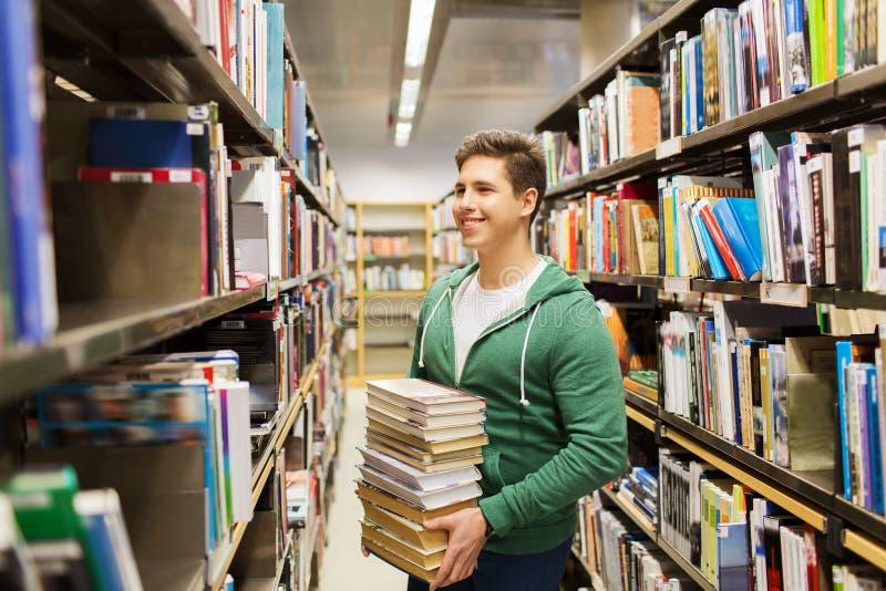 Lycklig student eller man med boken i arkiv royaltyfri bild