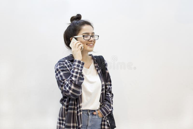 Lycklig student som talar vid telefonen royaltyfri fotografi