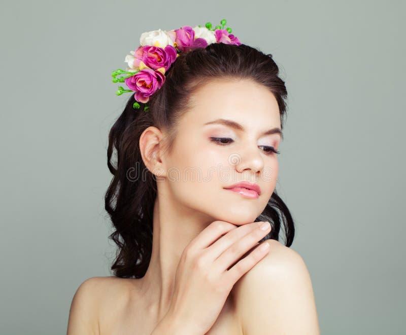 Lycklig studentbalflicka med den perfekt frisyren och makeup arkivbilder