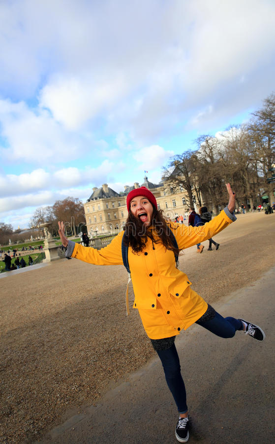 Lycklig studentflicka i Paris royaltyfri bild