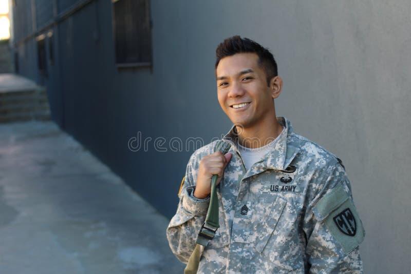 Lycklig sund etnisk armésoldat med kopieringsutrymme på det vänstert arkivfoton