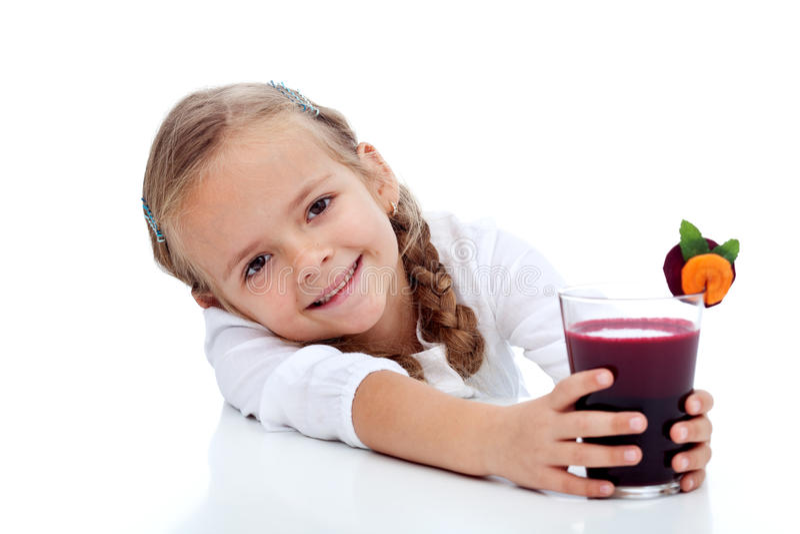 lycklig sund fruktsaft för ny flicka royaltyfria bilder