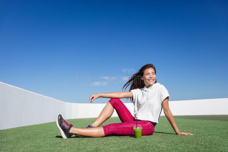 Lycklig sund grön kvinna för smoothiekonditionidrottsman nen royaltyfri bild