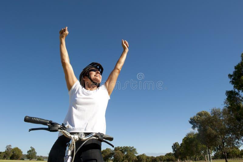 Lycklig sund kvinnligcyklist fotografering för bildbyråer