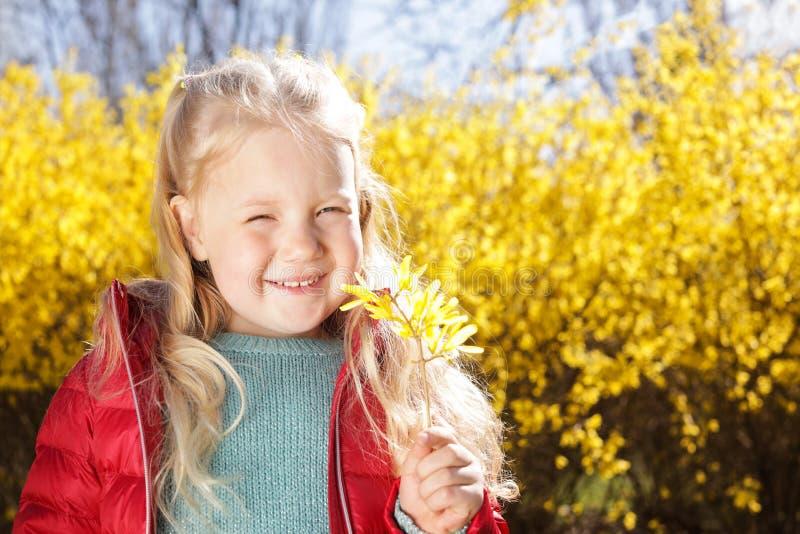 Lycklig sund liten flicka som tycker om vår, utrymme för text E royaltyfria bilder
