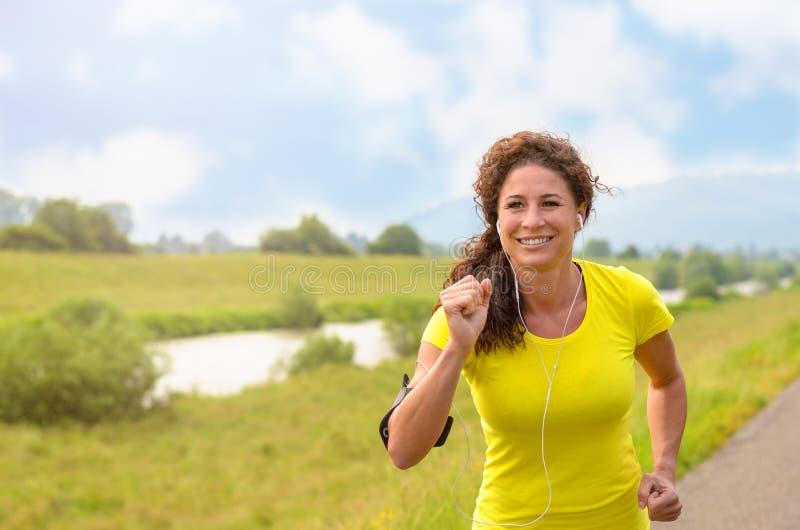 Lycklig sund ung kvinna som joggar ut royaltyfria foton