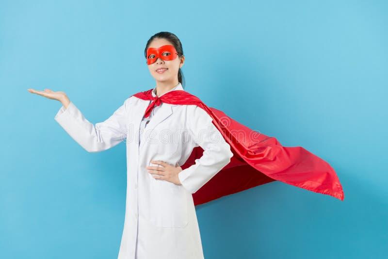 Lycklig superherodoktor för yrkesmässig kvinna royaltyfri bild