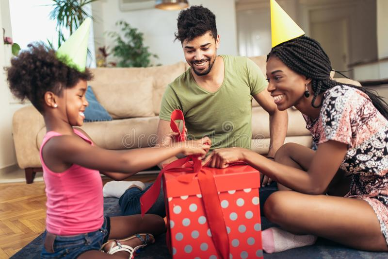 Lycklig svart familj hemma royaltyfri bild