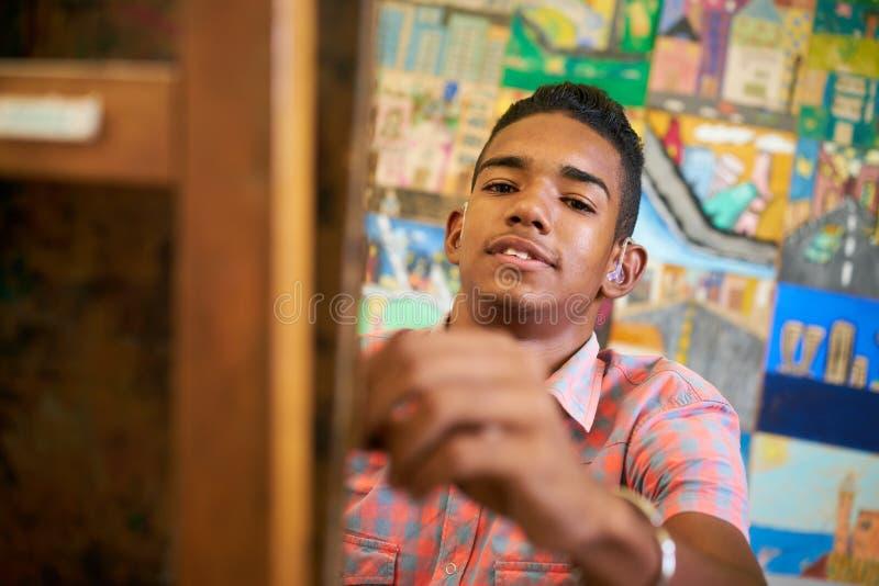 Lycklig svart pojkestudent Of Art School Smiling At Camera arkivfoto
