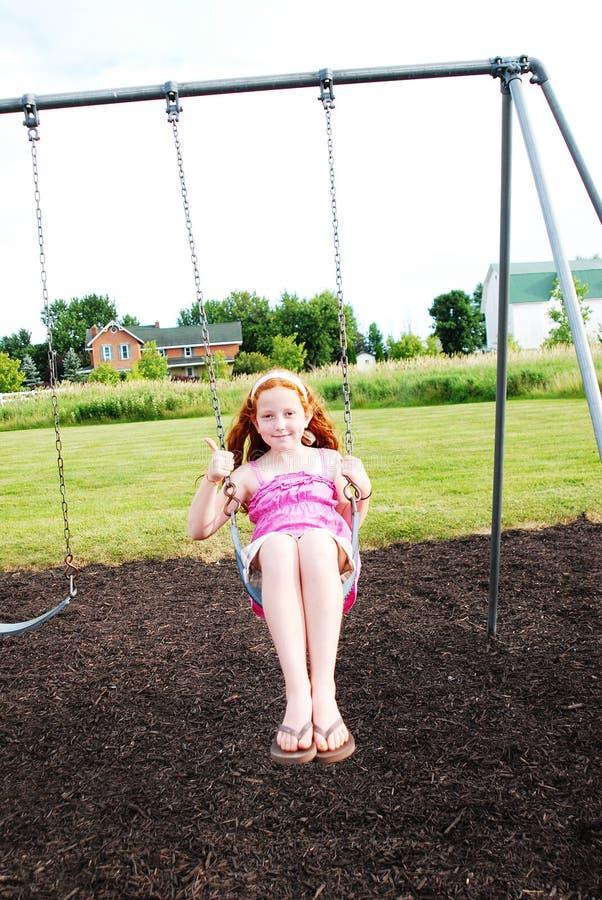 lycklig swing för flicka fotografering för bildbyråer