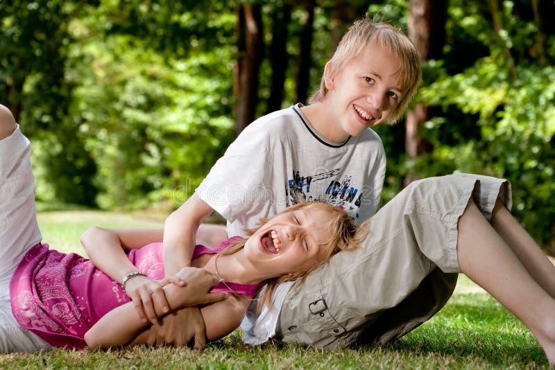 lycklig syster för broder royaltyfri fotografi