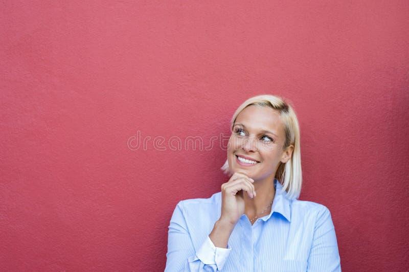 lycklig tänkande kvinna arkivfoto