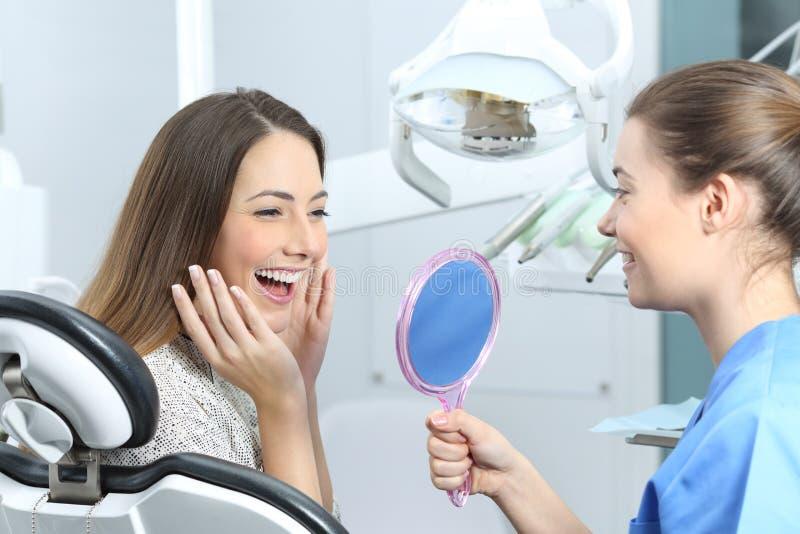 Lycklig tandläkarepatient som kontrollerar göra vit resultat fotografering för bildbyråer