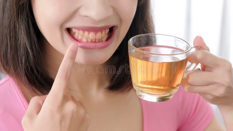 lycklig teakvinna för kopp royaltyfria bilder