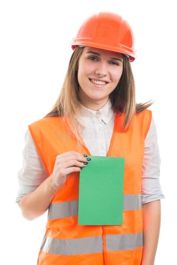 Lycklig teknikerkvinna med det tomma pappers- kortet royaltyfri fotografi