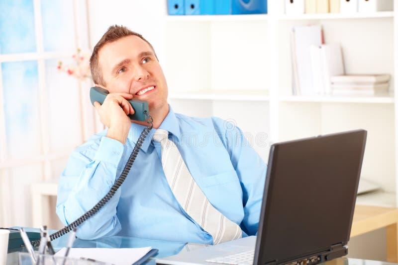 lycklig telefon för affärsman arkivfoto