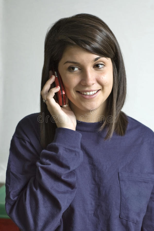 lycklig telefon för cellhögskolaflicka royaltyfri fotografi