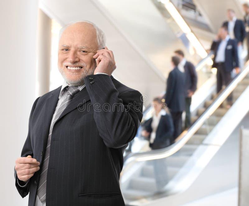 lycklig telefon för ett affärsmanfelanmälan arkivfoton