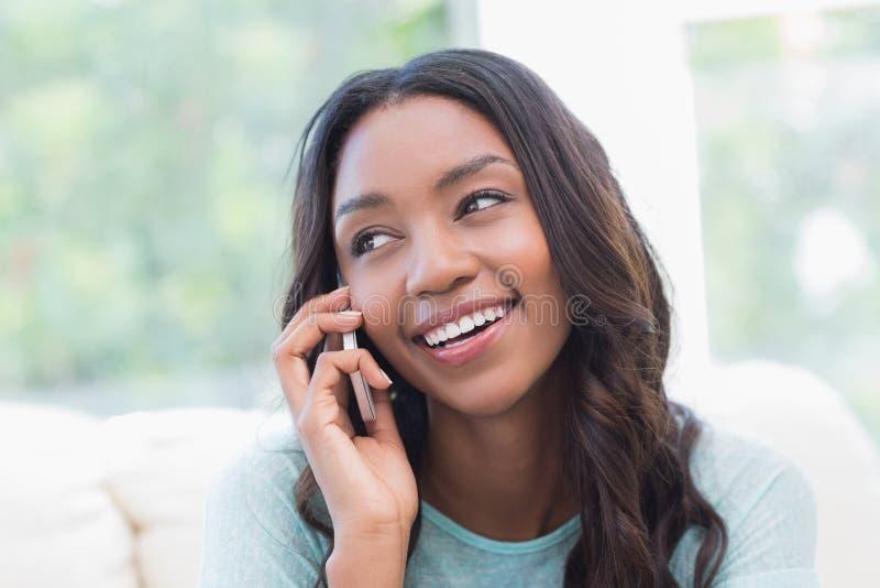 lycklig telefonkvinna arkivfoton