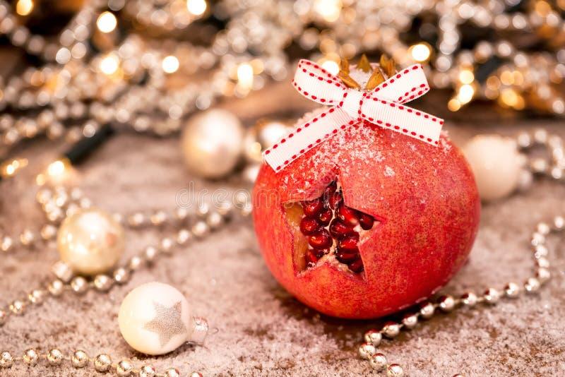 lycklig tid för jul En granatäpple och en julgarnering i varma färger royaltyfri foto