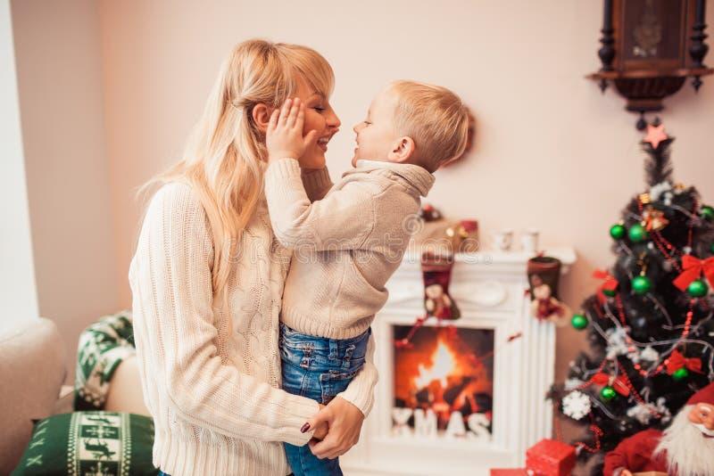 lycklig tid för julfamilj royaltyfria foton