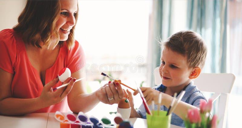 Lycklig tid, medan måla easter ägg royaltyfri fotografi