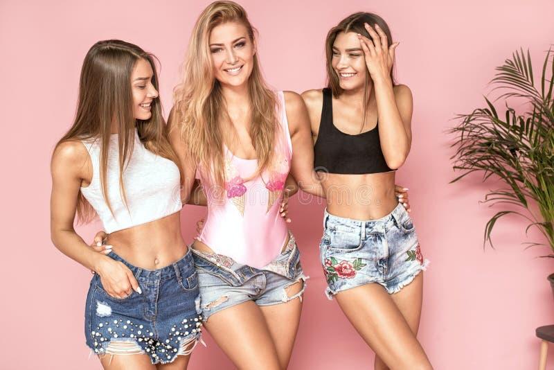 Lycklig tid tillsammans, posera för tre flickor royaltyfri foto
