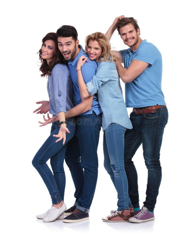 Lycklig tillfällig grupp av ungdomarsom har gyckel arkivfoton