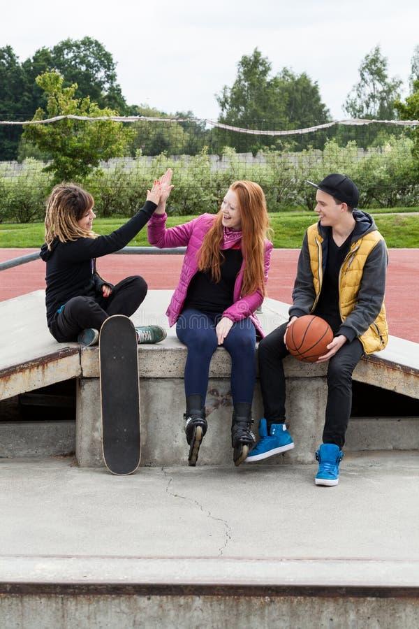 Lycklig tonårig grupp av vänner royaltyfri foto
