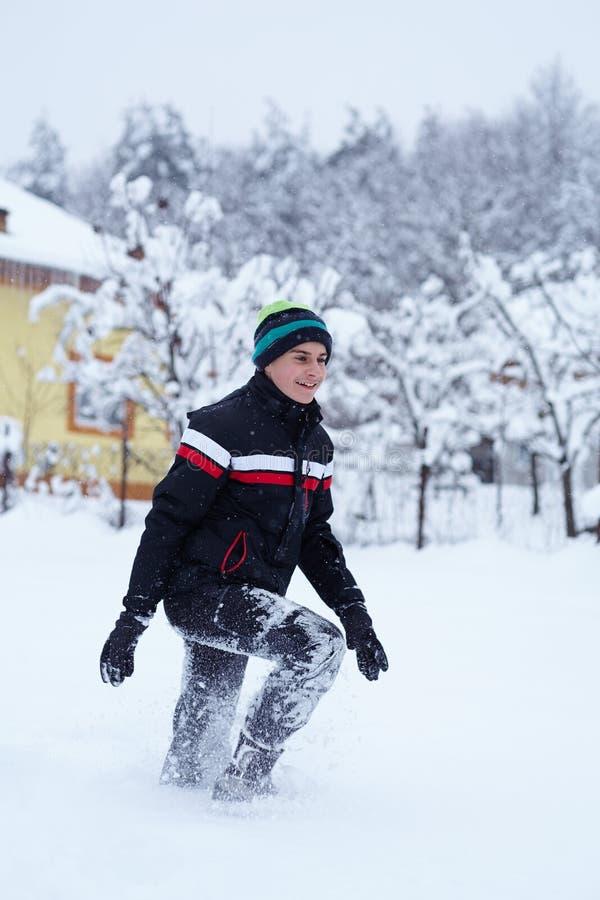 Lycklig tonåring i snön royaltyfri bild