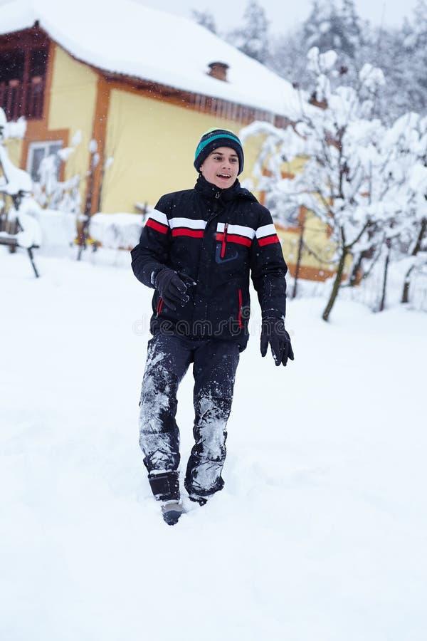 Lycklig tonåring i snön fotografering för bildbyråer